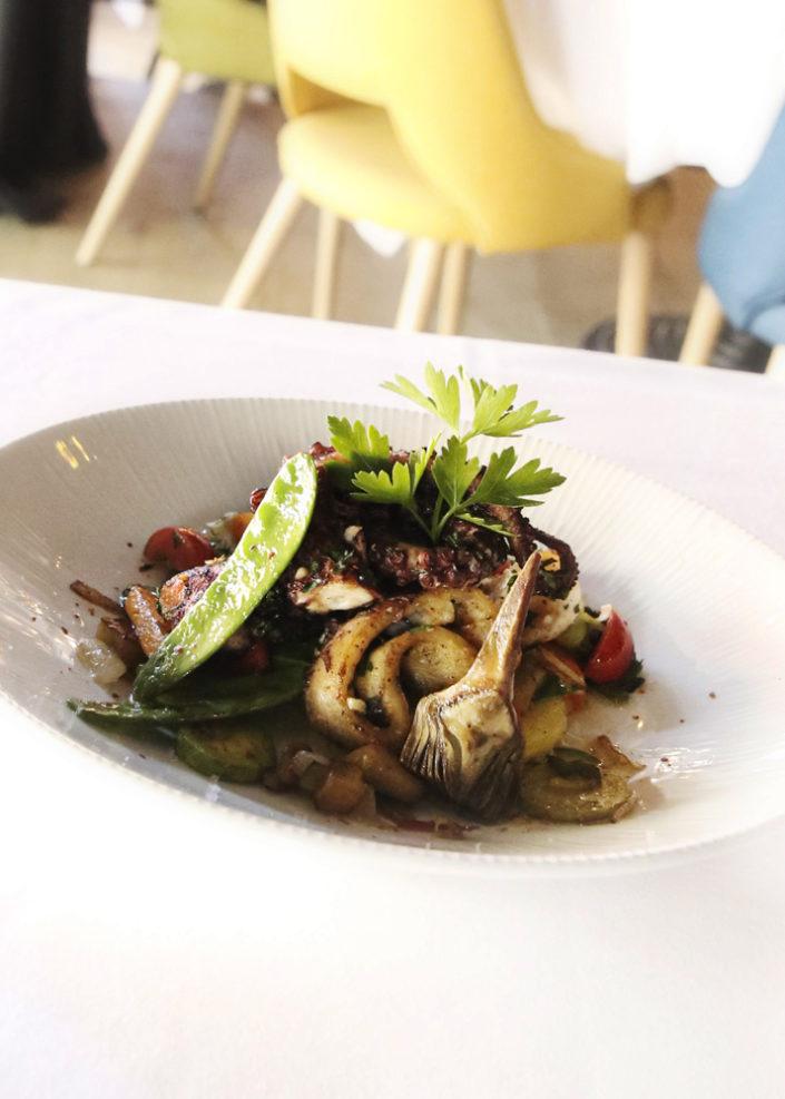 Restaurant L'Institution by Brocherie Mandelieu Spécialités de poissons et fruits de mer à Juan-les-Pins - Salade de poulpe sur carpaccio d'artichauts violets